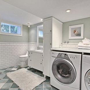Foto di una lavanderia multiuso di medie dimensioni con lavello da incasso, ante lisce, ante bianche, top piastrellato, pavimento in terracotta, lavatrice e asciugatrice affiancate e pareti grigie
