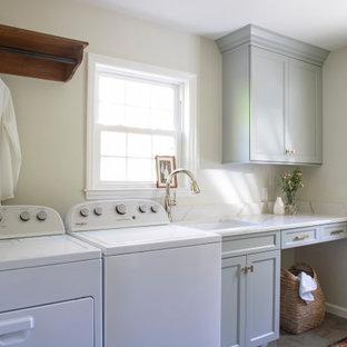 Inspiration för ett vintage vit vitt grovkök, med en undermonterad diskho, skåp i shakerstil, grå skåp, bänkskiva i kvarts, vitt stänkskydd, grå väggar, klinkergolv i keramik och en tvättmaskin och torktumlare bredvid varandra