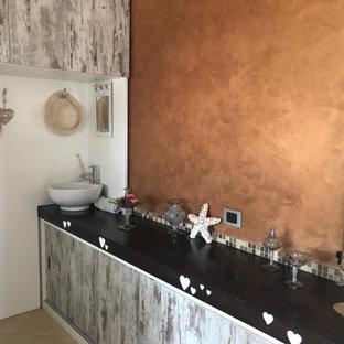 Idéer för att renovera ett stort lantligt brun u-format brunt grovkök, med en enkel diskho, släta luckor, skåp i slitet trä, träbänkskiva, flerfärgad stänkskydd, stänkskydd i mosaik, bruna väggar, klinkergolv i porslin, en tvättmaskin och torktumlare bredvid varandra och beiget golv