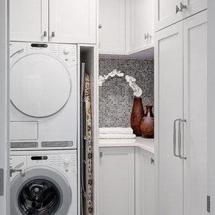 Inspiration för klassiska l-formade tvättstugor enbart för tvätt, med skåp i shakerstil, vita skåp och en tvättpelare