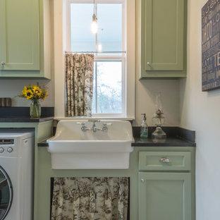 Idéer för stora vintage u-formade tvättstugor enbart för tvätt, med en rustik diskho, skåp i shakerstil, gröna skåp, granitbänkskiva, beige väggar, tegelgolv och en tvättmaskin och torktumlare bredvid varandra