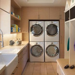 Источник вдохновения для домашнего уюта: прачечная в классическом стиле с раковиной в стиле кантри, светлыми деревянными фасадами и с сушильной машиной на стиральной машине