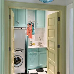 Idéer för vintage linjära tvättstugor enbart för tvätt, med en undermonterad diskho, skåp i shakerstil, blå skåp, vita väggar, en tvättpelare och flerfärgat golv
