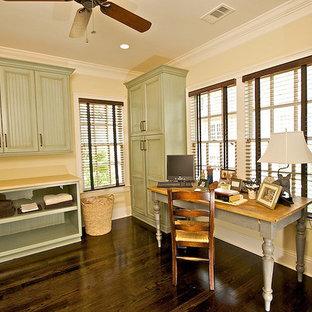 Inspiration för stora klassiska l-formade beige grovkök, med mörkt trägolv, en enkel diskho, luckor med infälld panel, skåp i slitet trä, en tvättpelare, brunt golv och beige väggar