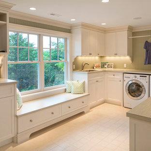Esempio di una lavanderia tradizionale con ante in stile shaker, ante bianche, pareti verdi, lavatrice e asciugatrice affiancate e top beige