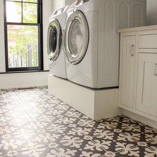 Ispirazione per una grande sala lavanderia tradizionale con lavello sottopiano, ante con riquadro incassato, ante bianche, top in quarzo composito, pareti bianche, pavimento con piastrelle in ceramica, lavatrice e asciugatrice affiancate e pavimento marrone