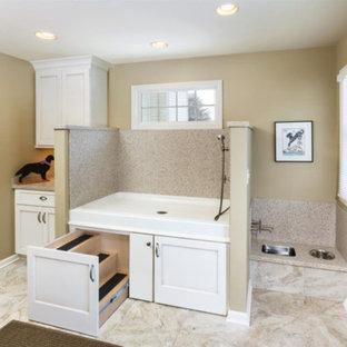 Idéer för stora vintage grovkök, med en allbänk, skåp i shakerstil, vita skåp, bänkskiva i kalksten, beige väggar, marmorgolv och beiget golv