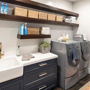 Idéer för en mellanstor klassisk vita parallell tvättstuga enbart för tvätt, med en undermonterad diskho, skåp i shakerstil, blå skåp, bänkskiva i koppar, vita väggar, betonggolv, en tvättmaskin och torktumlare bredvid varandra och grått golv