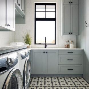 Inspiration för en stor lantlig vita l-formad vitt tvättstuga enbart för tvätt, med en nedsänkt diskho, grå skåp, bänkskiva i kvarts, vitt stänkskydd, stänkskydd i keramik, vita väggar, klinkergolv i keramik, en tvättmaskin och torktumlare bredvid varandra och flerfärgat golv
