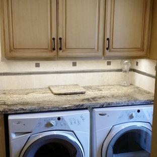 Esempio di una lavanderia multiuso classica di medie dimensioni con lavello sottopiano, ante con bugna sagomata, ante con finitura invecchiata, top in granito, pareti beige, pavimento in legno massello medio e lavatrice e asciugatrice affiancate