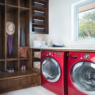Idee per una lavanderia multiuso tradizionale di medie dimensioni con ante lisce, ante in legno bruno, pareti bianche e lavatrice e asciugatrice affiancate