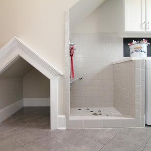 Ispirazione per una grande lavanderia multiuso classica con ante con riquadro incassato, ante bianche, pavimento con piastrelle in ceramica e lavatrice e asciugatrice affiancate