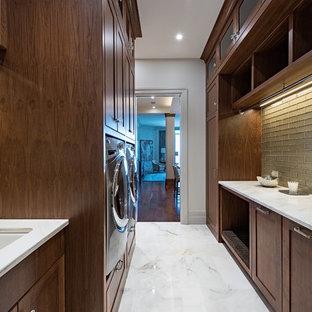 Idee per una lavanderia multiuso tradizionale con lavello sottopiano, ante in stile shaker, ante in legno bruno, pavimento in marmo, lavatrice e asciugatrice affiancate, pavimento bianco e pareti bianche