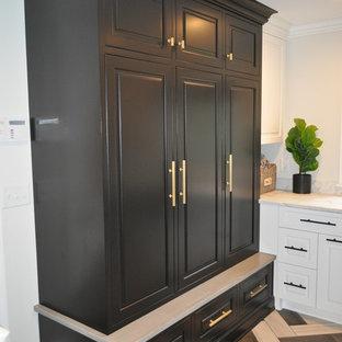 Esempio di una lavanderia chic con lavello stile country, ante con bugna sagomata, ante nere, pavimento in gres porcellanato e pavimento multicolore