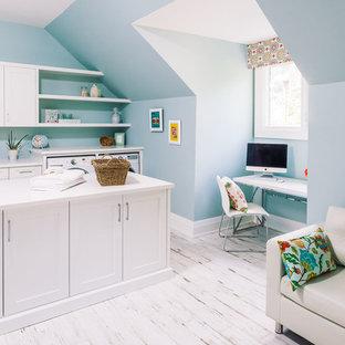 Идея дизайна: универсальная комната в стиле современная классика с врезной раковиной, фасадами в стиле шейкер, белыми фасадами, синими стенами, деревянным полом, со стиральной и сушильной машиной рядом и белым полом