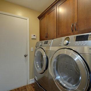 Foto di una lavanderia tropicale di medie dimensioni con lavello sottopiano, ante in stile shaker, ante in legno scuro, top in laminato, pareti beige, pavimento in gres porcellanato e lavatrice e asciugatrice affiancate