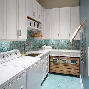 Idéer för att renovera en liten maritim l-formad tvättstuga enbart för tvätt, med en undermonterad diskho, skåp i shakerstil, vita skåp, bänkskiva i kvarts, betonggolv, en tvättmaskin och torktumlare bredvid varandra, turkost golv och blå väggar