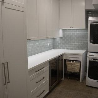 Idee per una sala lavanderia tropicale di medie dimensioni con ante in stile shaker, ante bianche, top in quarzite, pavimento in gres porcellanato, pavimento marrone e top bianco