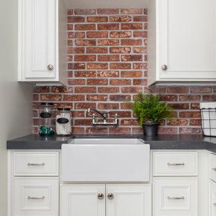 Foto på en mellanstor vintage svarta u-formad tvättstuga enbart för tvätt, med en rustik diskho, luckor med infälld panel, vita skåp, bänkskiva i täljsten, flerfärgad stänkskydd, stänkskydd i tegel, grå väggar, marmorgolv, en tvättpelare och vitt golv