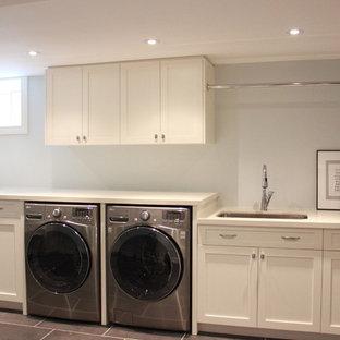 Inspiration för mellanstora klassiska l-formade grovkök, med en enkel diskho, skåp i shakerstil, vita skåp, en tvättmaskin och torktumlare bredvid varandra, bänkskiva i koppar, vita väggar, klinkergolv i porslin och grått golv