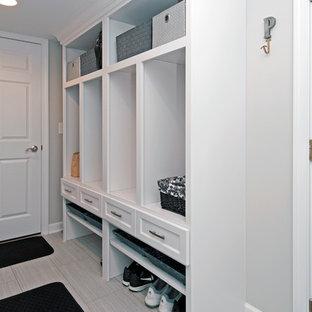 Inspiration för små klassiska l-formade grovkök, med vita skåp, grå väggar, klinkergolv i porslin och en tvättmaskin och torktumlare bredvid varandra
