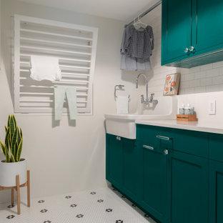 Idéer för mellanstora vintage parallella vitt tvättstugor enbart för tvätt, med en rustik diskho, skåp i shakerstil, gröna skåp, bänkskiva i kvarts, vitt stänkskydd, vita väggar, klinkergolv i keramik, en tvättmaskin och torktumlare bredvid varandra och vitt golv