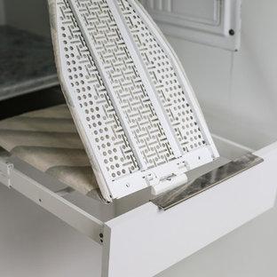 Immagine di una piccola sala lavanderia minimal con ante lisce, ante bianche, top in marmo, pareti bianche, pavimento in marmo, pavimento grigio e top multicolore