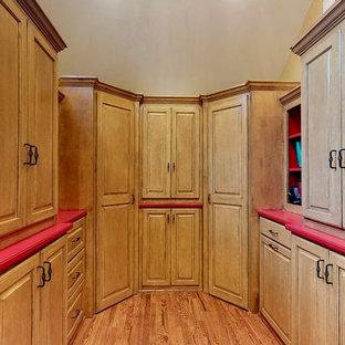 Exempel på en mellanstor röda u-formad rött tvättstuga enbart för tvätt, med luckor med upphöjd panel, skåp i ljust trä, bänkskiva i koppar, beige väggar, ljust trägolv och en tvättmaskin och torktumlare bredvid varandra