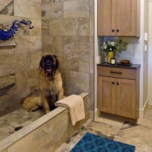 Idee per una lavanderia multiuso chic con ante in stile shaker, ante marroni, top in laminato, pareti beige e pavimento con piastrelle in ceramica