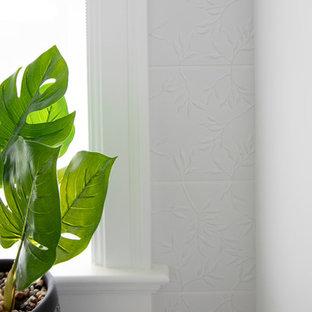Idéer för att renovera en mellanstor maritim gula linjär gult tvättstuga enbart för tvätt, med en enkel diskho, luckor med infälld panel, vita skåp, bänkskiva i kvarts, vita väggar, klinkergolv i porslin, en tvättmaskin och torktumlare bredvid varandra och beiget golv