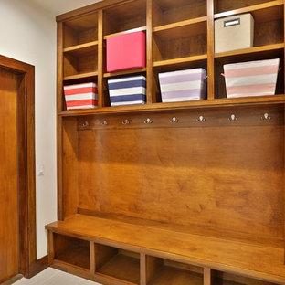 Пример оригинального дизайна: параллельная универсальная комната среднего размера в стиле неоклассика (современная классика) с хозяйственной раковиной, плоскими фасадами, светлыми деревянными фасадами, полом из керамогранита, со стиральной и сушильной машиной рядом, столешницей из кварцита, коричневыми стенами, серым полом и белой столешницей