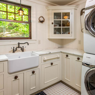 Inspiration för en liten lantlig l-formad tvättstuga enbart för tvätt, med en rustik diskho, luckor med infälld panel, beige skåp, marmorbänkskiva, beige väggar, klinkergolv i keramik, en tvättpelare och rosa golv