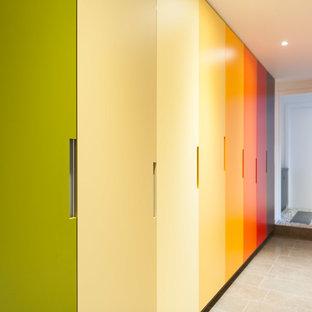 ブリスベンの広いコンテンポラリースタイルのおしゃれな家事室 (ll型、ドロップインシンク、ラミネートカウンター、白い壁、セラミックタイルの床、上下配置の洗濯機・乾燥機) の写真