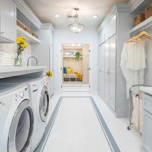 Ispirazione per una lavanderia minimal con lavello stile country, ante in stile shaker, ante blu, top in quarzite, paraspruzzi multicolore, paraspruzzi in marmo, pareti blu, pavimento in gres porcellanato e pavimento bianco