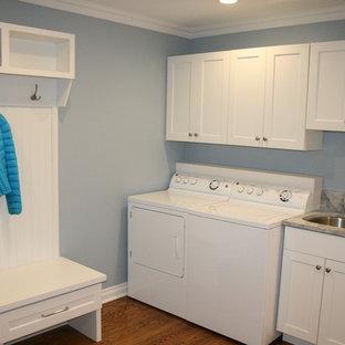 Inspiration för ett mellanstort vintage l-format grovkök, med en undermonterad diskho, vita skåp, granitbänkskiva, blå väggar, mellanmörkt trägolv, en tvättmaskin och torktumlare bredvid varandra och skåp i shakerstil
