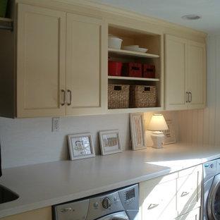 Inspiration för en mellanstor vintage linjär tvättstuga enbart för tvätt, med bänkskiva i koppar, klinkergolv i porslin, en undermonterad diskho, skåp i shakerstil, vita väggar, en tvättmaskin och torktumlare bredvid varandra, brunt golv och gula skåp