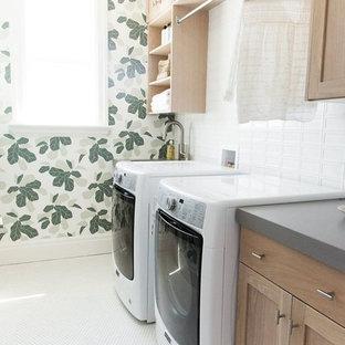 Immagine di una lavanderia chic di medie dimensioni con lavello sottopiano, ante in legno chiaro, pareti multicolore, lavatrice e asciugatrice affiancate e pavimento bianco