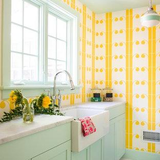 Inspiration för en mellanstor vintage parallell tvättstuga enbart för tvätt, med skåp i shakerstil, en rustik diskho, gröna skåp, marmorbänkskiva, klinkergolv i keramik, flerfärgat golv och gula väggar