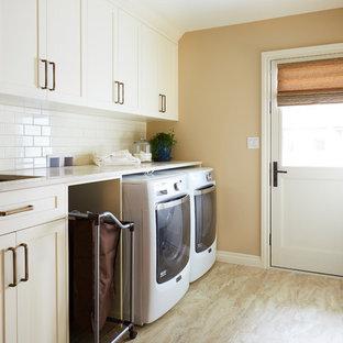 Idee per un'ampia lavanderia multiuso classica con lavello sottopiano, ante in stile shaker, ante bianche, top in marmo, pareti marroni, lavatrice e asciugatrice affiancate, pavimento beige e top beige
