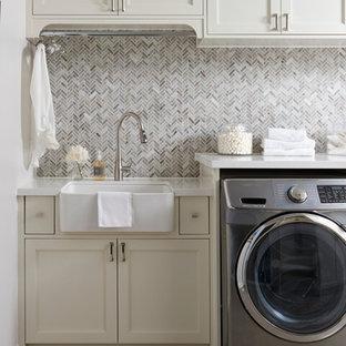 Inspiration för en funkis vita linjär vitt tvättstuga, med en rustik diskho, skåp i shakerstil, vita skåp, bänkskiva i kvartsit, vita väggar, klinkergolv i keramik, en tvättmaskin och torktumlare bredvid varandra och beiget golv