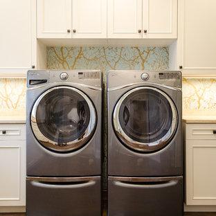 Foto di una lavanderia classica con top in pietra calcarea, pareti multicolore, pavimento in gres porcellanato e lavatrice e asciugatrice affiancate