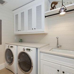 Esempio di una sala lavanderia costiera di medie dimensioni con lavello sottopiano, ante a persiana, ante bianche, top in quarzo composito, pareti beige, pavimento con piastrelle in ceramica e lavatrice e asciugatrice affiancate