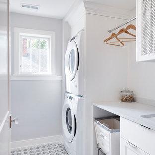 Esempio di una piccola sala lavanderia tradizionale con pavimento con piastrelle in ceramica, lavatrice e asciugatrice a colonna, lavello sottopiano, ante in stile shaker, ante bianche, pareti grigie, pavimento multicolore e top bianco