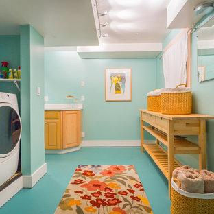 Idéer för maritima tvättstugor, med blå väggar, en tvättmaskin och torktumlare bredvid varandra och blått golv