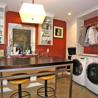 Idéer för att renovera ett stort vintage l-format grovkök, med röda väggar och en tvättmaskin och torktumlare bredvid varandra