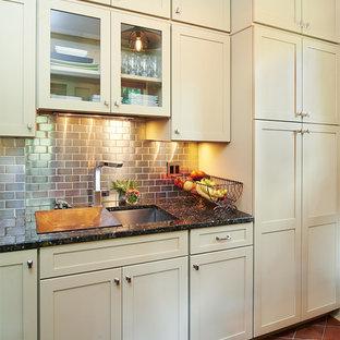 Idee per una lavanderia multiuso stile americano di medie dimensioni con lavello sottopiano, ante con riquadro incassato, ante beige, pavimento con piastrelle in ceramica, lavatrice e asciugatrice affiancate, top in granito, pareti bianche e pavimento arancione