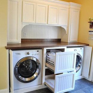 Foto di una lavanderia minimal di medie dimensioni con top marrone