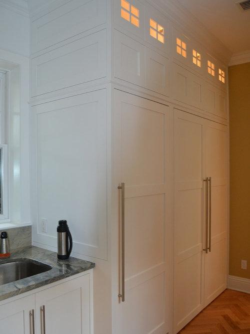 buanderie moderne avec un placard porte affleurante. Black Bedroom Furniture Sets. Home Design Ideas