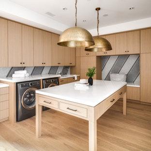 Esempio di una lavanderia multiuso moderna con lavello a vasca singola, ante lisce, ante in legno chiaro, pareti multicolore, parquet chiaro, lavatrice e asciugatrice affiancate, pavimento beige e top bianco