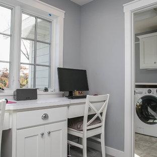 Esempio di una lavanderia multiuso classica con ante in stile shaker, ante bianche, top in laminato, pareti grigie, moquette e lavatrice e asciugatrice affiancate